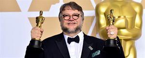 Oscars 2018 : Guillermo del Toro, Alexandre Desplat et les lauréats prennent la pose avec leurs statuettes