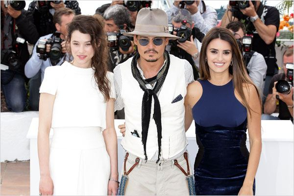 Pirates des Caraïbes : la Fontaine de Jouvence : photo Astrid Berges-Frisbey, Johnny Depp, Penélope Cruz