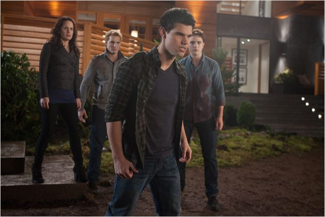 Twilight - Chapitre 4 : Révélation 1ère partie : Photo Elizabeth Reaser, Peter Facinelli, Robert Pattinson, Taylor Lautner