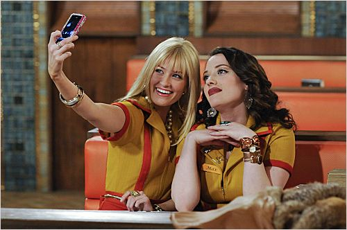 Photo Beth Behrs, Kat Dennings