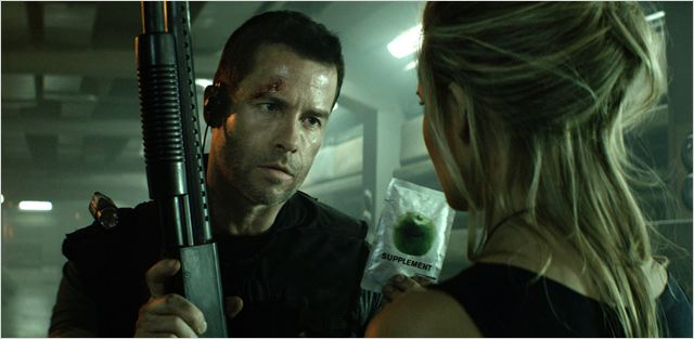 Lock Out : photo Guy Pearce, James Mather, Maggie Grace, Stephen St. Leger
