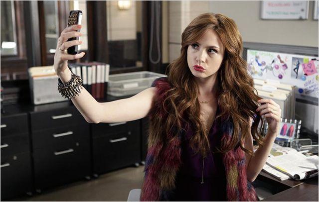 Karen gillan porte une perruque dans selfie surprise for Juives portent une perruque