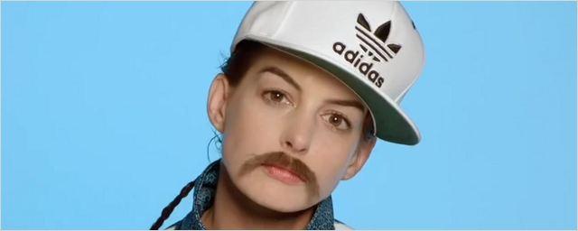 Kristen Stewart et Anne Hathaway portent la moustache dans un clip !